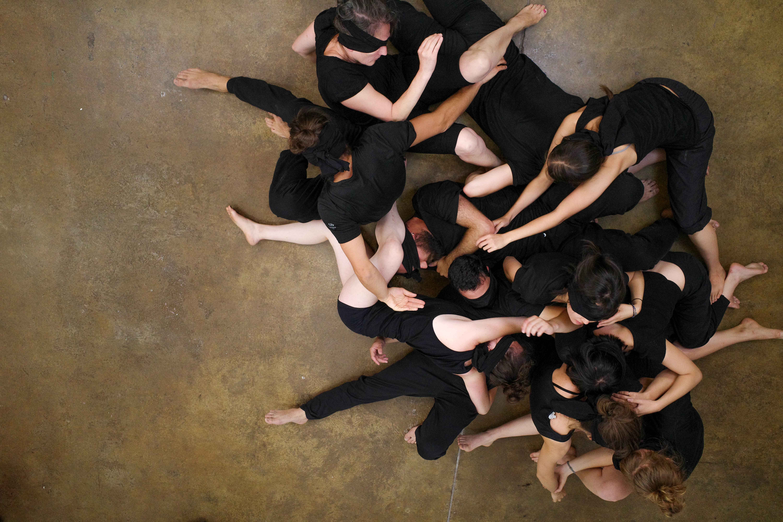 A scene from the performance Die Konvulsion at the Hochschule der Bildenden Künste Saar, Saarbrücken, Germany in 2019, photographed by Joas Strecker.